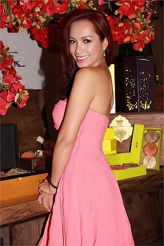 Siêu mẫu Thúy Hạnh váy quây vai trần vòng một nóng bỏng.