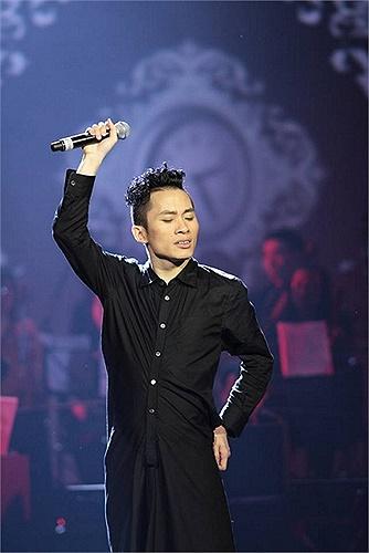 Tùng Dương phiêu hết mình trên sân khấu.
