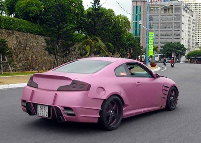 Một chiếc xe độ lạ với tông màu hồng và nhiều chi tiết kiểu thể thao