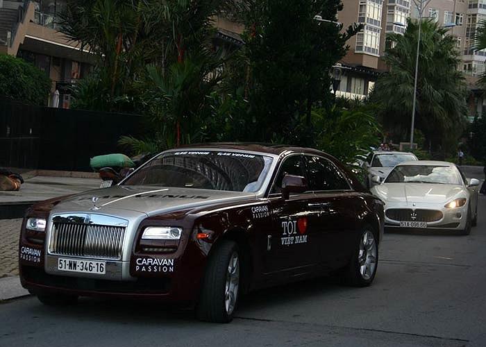 Đoàn xe có một chiếc Rolls-Royce Ghost khá đỏm dáng.