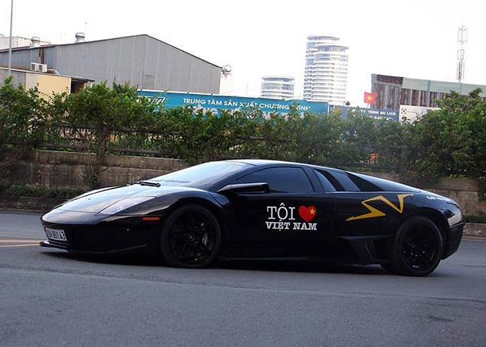 Điểm nhấn trong đoàn xe là sự góp mặt của siêu xe Lamborghini Murcielago LP 640 màu đen từng tham gia hành trình siêu xe.