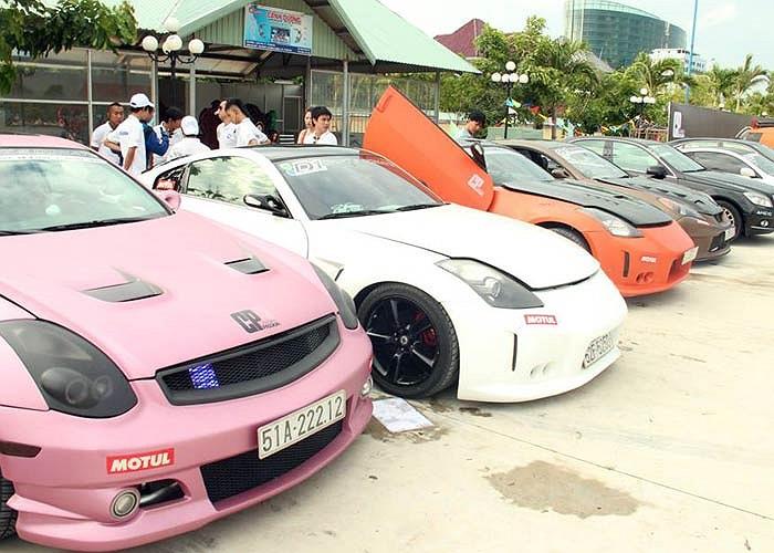Đông đúc nhất là hàng chục xe độ thuộc nhiều thương hiệu khác nhau như Mercedes, BMW, Nissan.