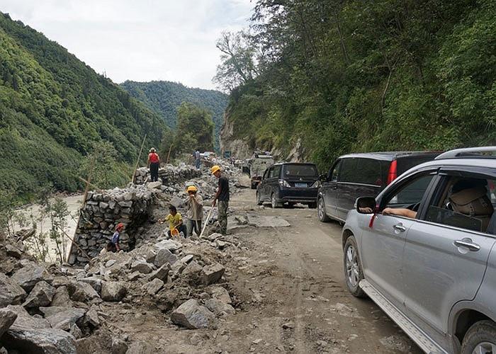Đường núi hiểm trở với nhiều đoạn sạt lở trên dọc hành trình