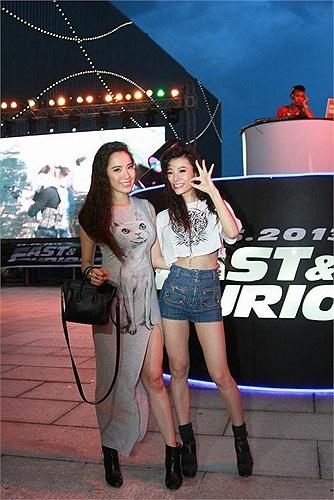 Chân dài Chung Thục Quyên đến dự buổi ra mắt với một người em gái.