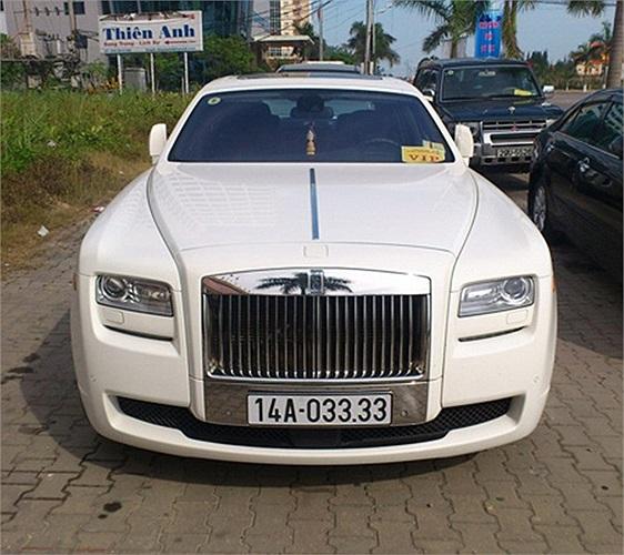 Rolls-Royce Ghost màu trắng tinh khôi biển đẹp.