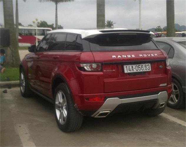 Land Rover Range Rover Evoque màu đỏ tuơi.