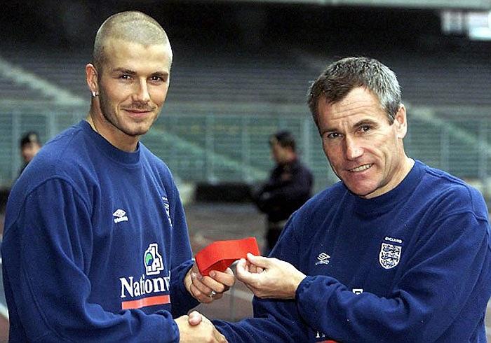 Beckham được Peter Taylor trao băng đội trưởng Tam Sư lần đầu tiên vào năm 2001