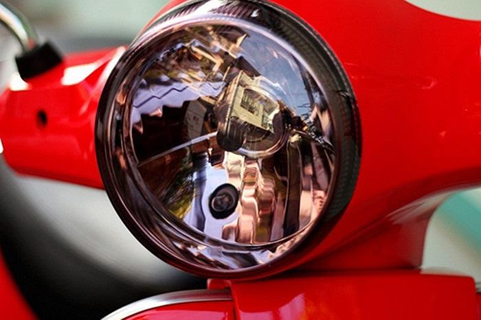 Chóa đèn Vespa LX sơn màu tím khói.