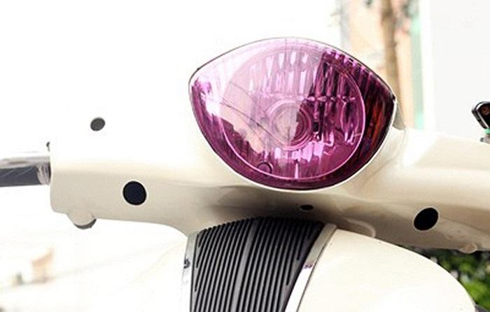Piaggio Liberty với chóa đèn màu tím.