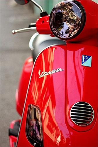 Vespa LX với chóa đèn màu tím khói.