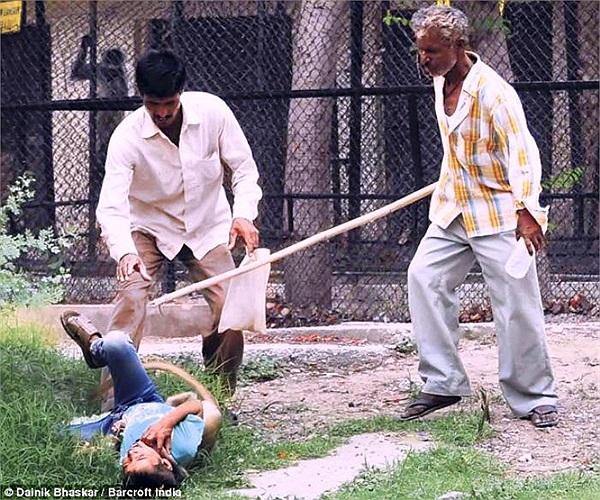 Một em bé đã bị con khỉ tấn công dã man khi đang cùng bố tham quan tại một thảo cầm viên ở bang Madhya Pradesh của Ấn Độ.