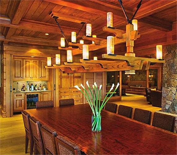 Một phòng ăn khác với giàn đèn ấn tượng bằng gỗ.
