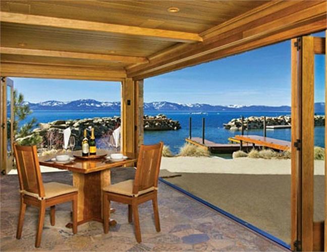 Một bàn ăn ngoài trời, kê ngay sát bên bờ hồ.