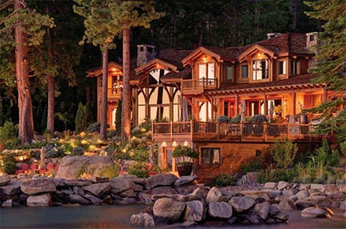 Căn nhà nổi bật trong ánh chiều tà.