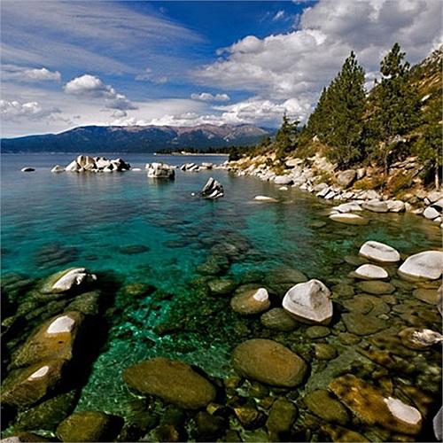 Theo trang Business Insider, căn nhà nằm trên diện tích hơn 1 ha, có 6 phòng ngủ, 8 phòng tắm, một phòng giải trí cách âm, phòng tập thể hình… cùng tầm nhìn 'miễn chê' ra hồ Tahoe bên dãy núi Sierra Nevada (Hoa Kỳ).