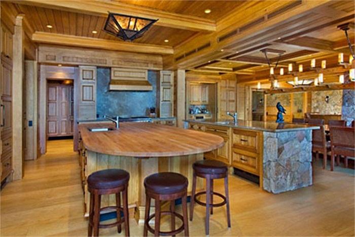 Phòng bếp trong căn nhà, gỗ được sử dụng là vật liệu chủ đạo.