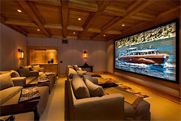 Phòng chiếu phim hoành tráng với tường và trần cách âm.