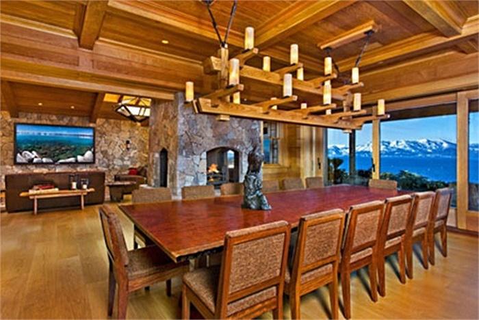 Phòng ăn có hướng nhìn tuyệt đẹp ra bên ngoài.