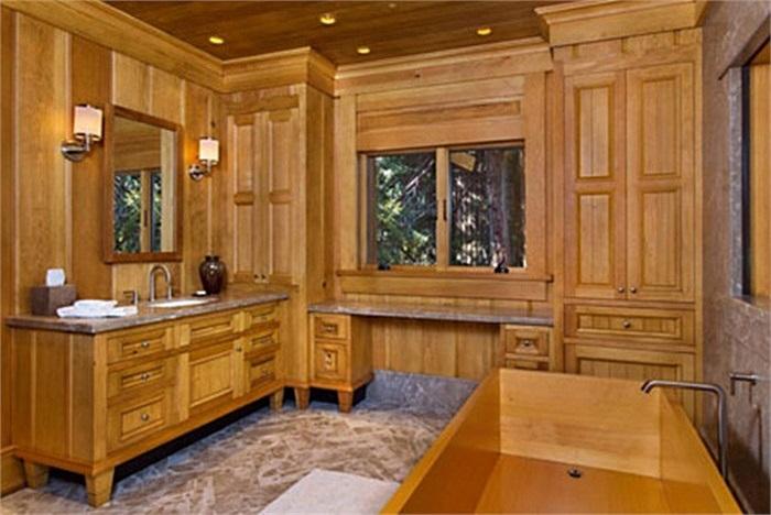 Đây là một trong những phòng tắm của căn nhà.