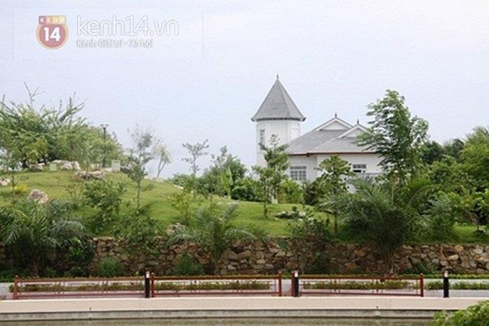 Khu biệt thự được xây dựng theo kiểu kiến trúc châu Âu với màu sơn trắng phủ toàn bộ.
