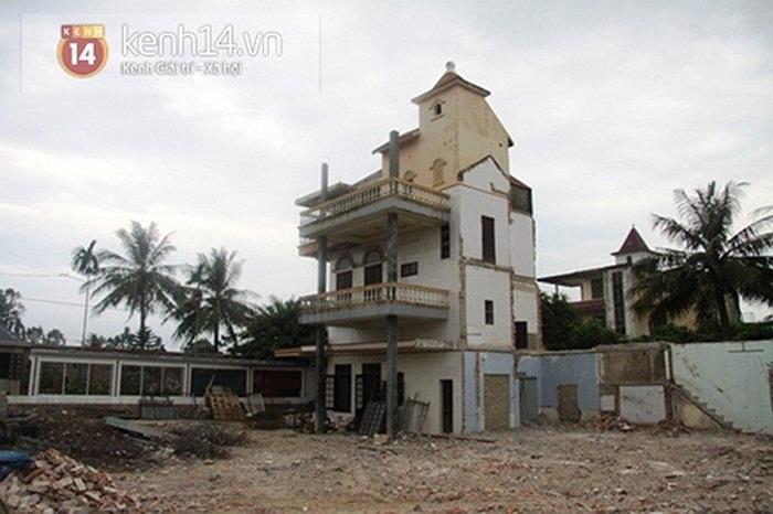 Khu nhà kiên cố mới đưa vào sử dụng vài năm được đập bỏ để làm bể bơi trong khu dinh thự mới của đại gia xứ Thanh.