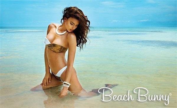 Irina Shayk trở về với mảnh đất đã làm nên tên tuổi của cô: những dải cát vàng ven bờ biển với đủ đầy nắng và gió