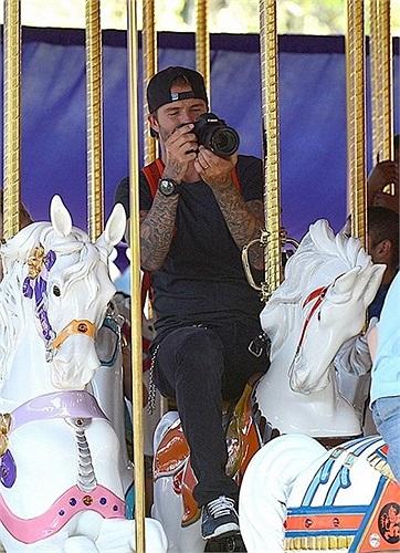 Trò chơi vòng quay ngựa gỗ gắn bó với tuổi thơ của Beckham và Victoria. Sang Mỹ, cặp đôi nổi tiếng này cũng muốn con mình tận hưởng những nét văn hóa đặc trưng ấy