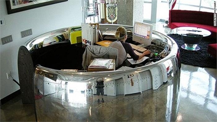 Hãng MotoArt trụ sở tại California đã thiết kế, xây dựng khu văn phòng và đồ nội thất độc đáo từ một chiếc máy bay ngừng hoạt động. Khách hàng của chuỗi văn phòng độc đáo này là các tập đoàn lớn như AOL, Microsoft, GoDaddy, NetJets,