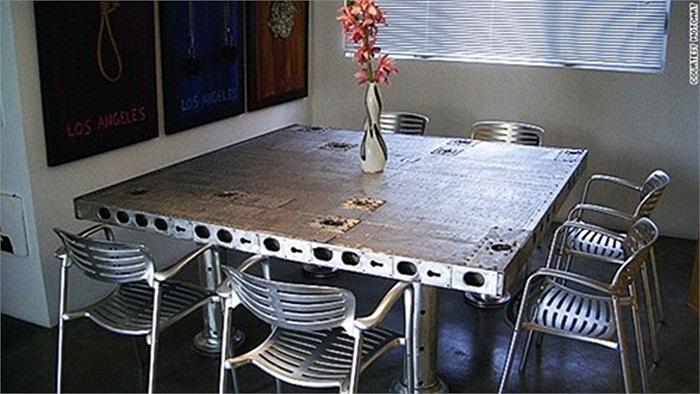 MotoArt tạo ra tất cả các loại bàn, bàn làm việc, bàn uống cà phê, bàn hội nghị từ các bộ phận máy bay khác nhau, bao gồm cả cánh quạt.