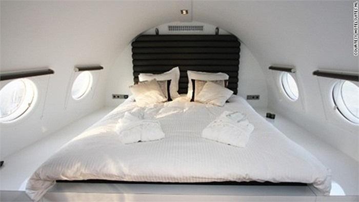 Phòng khách sạn ở Hotel Suite được trang bị giường, bể tắm sục, phòng tắm hơi hồng ngoại và quầy bar mini.