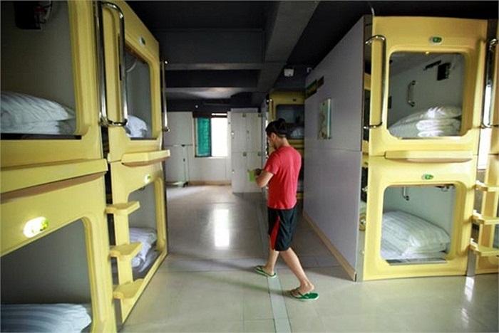 Các phòng trong khách sạn 'con nhộng' có chiều dài và chiều rộng chỉ bằng một chiếc giường cá nhân, được lắp quạt thông gió, tivi màn hình phẳng và chiếc bàn gấp.