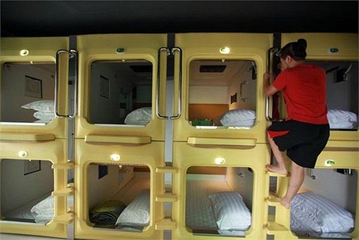Khách trèo lên một phòng trong khách sạn 'con nhộng' ở Hải Khẩu.