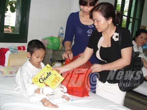 trao quà cho cháu Nguyễn Văn Tí