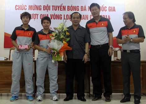 Thứ trưởng Lê Khánh Hải chúc mừng thành công của tuyển nữ VN (Ảnh: VSI)