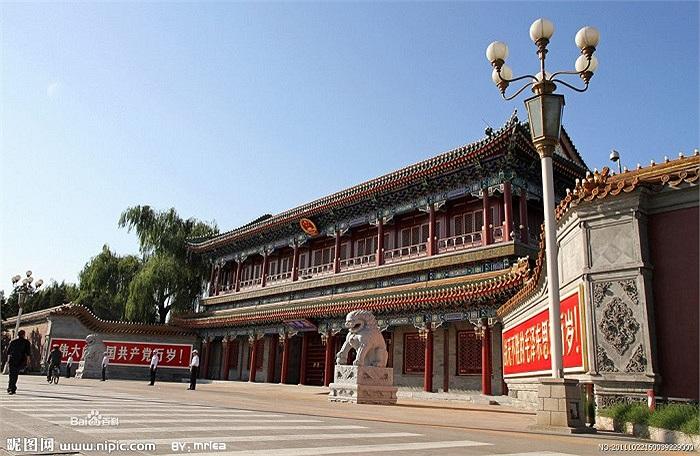 Nam Trung Hải có kiến trúc khá giống với Tử Cấm Thành tọa lạc cách đó không xa.