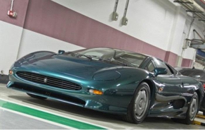 Jaguar XJ220 - siêu xe nhanh nhất và nổi tiếng nhất thập niên 90 của thế kỷ trước. Siêu xe này có số lượng sản xuất chỉ 281 chiếc.