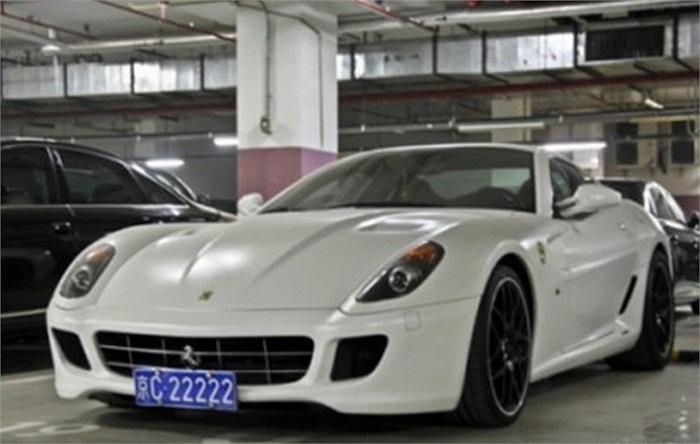 Siêu xe Ferrari duy nhất trong bộ sưu tập là một chiếc Ferrari 599 màu trắng với biển ngũ quý.