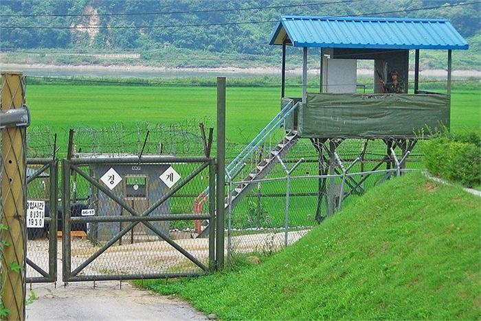 Vùng phi quân sự nằm ở vĩ tuyến 38 với các lực lượng quân đồn trú của cả 2 bên nằm dọc biên giới