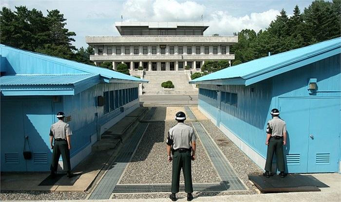 3 nhân viên an ninh Hàn Quốc nhìn về phía Triều Tiên