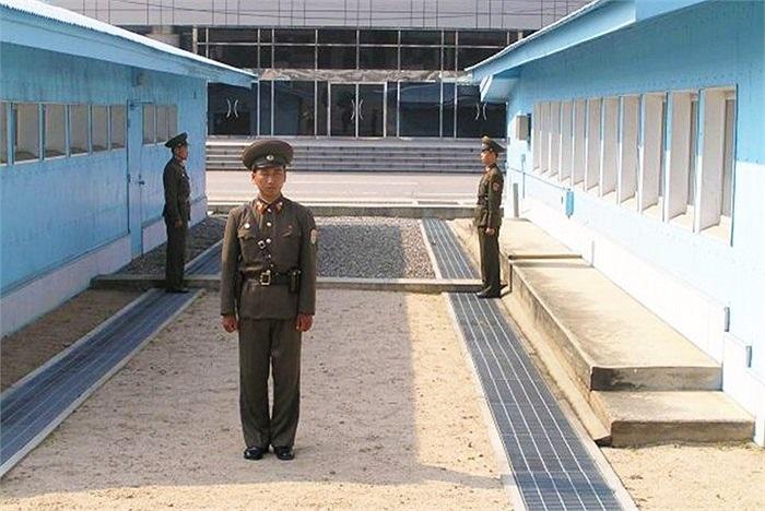 Trong khi đó, các binh sĩ Triều Tiên đứng quay mặt vào nhau và 1 người quay lưng về phía Hàn Quốc