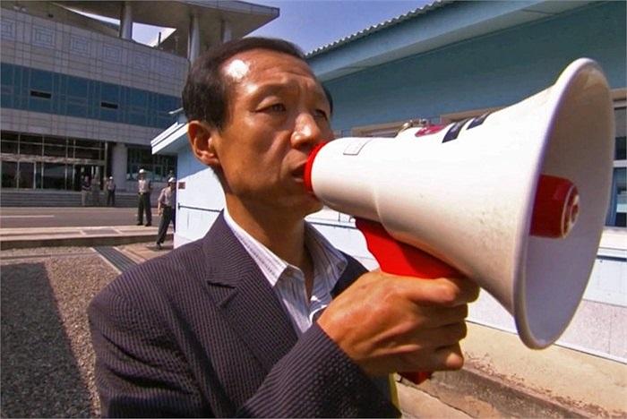 Đôi khi Triều Tiên dùng loa để kêu gọi những người đào tẩu sang phía Nam trở về nhà