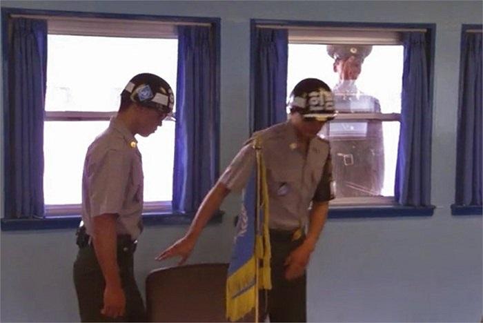 Khi binh sĩ Hàn Quốc tiến vào phòng, các lính gác Triều Tiên sẽ để mắt đến họ từng phút