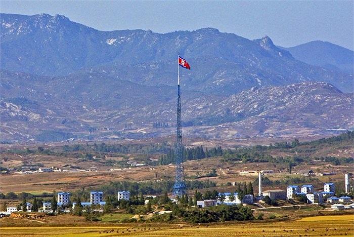 Trong khi đó, cột cờ của Triều Tiên cao đến 160m