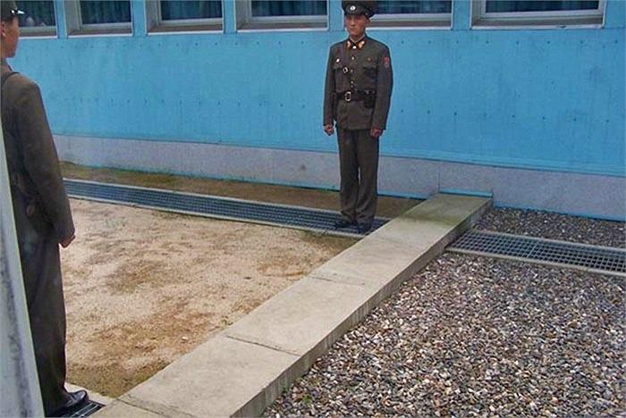 Chỉ có một tấm bê tông nhỏ ngăn cách 2 đất nước, 2 chế độ