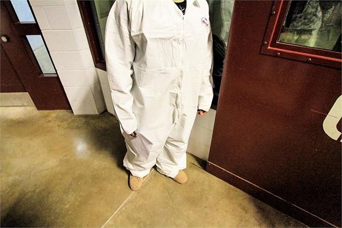 Những bộ quần áo bảo hộ khi đi vào khu vực trại V, nơi các quản giáo hay bị ném nước tiểu, phân vào người