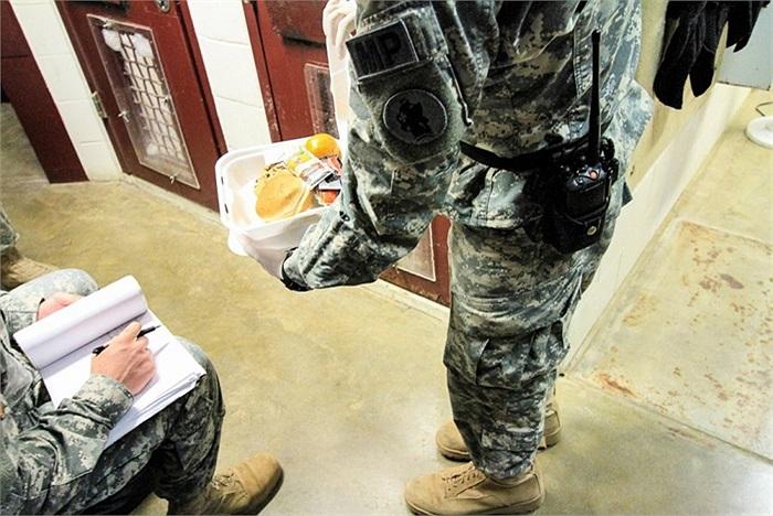 Cấp lương thực cho tù nhân qua khe cửa ở trại V