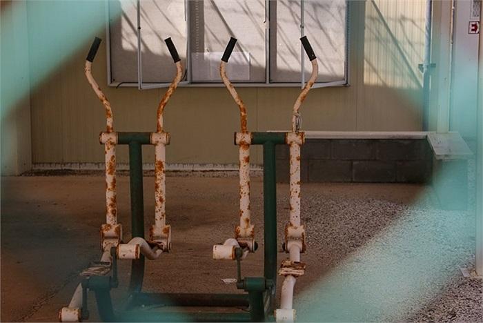 Một phần các máy tập thể dục trong trại cũ đã bị bỏ hoang ở Gantanamo
