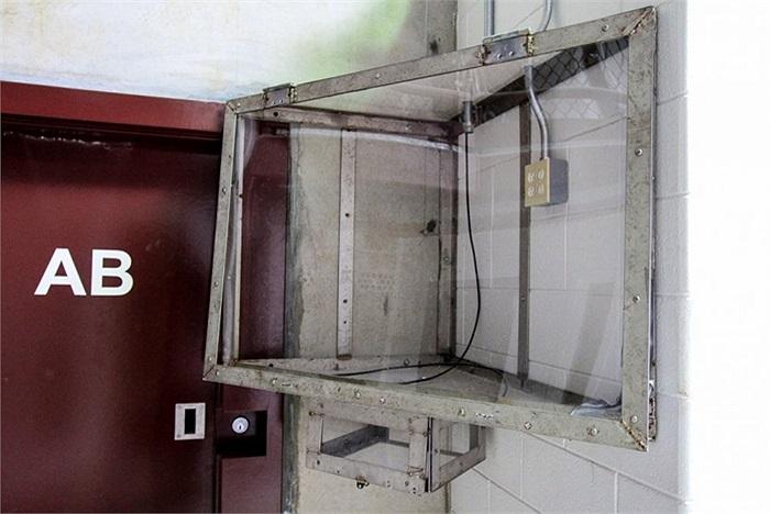Giá treo tivi trong nhà tù Guantanamo