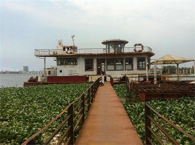 Theo những người dân sống quanh khu vực, con 'tàu ma' này trước đây là chính là nhà hàng Highlands Coffee nổi nằm trên Hồ Tây ở mạn đường Thanh Niên.