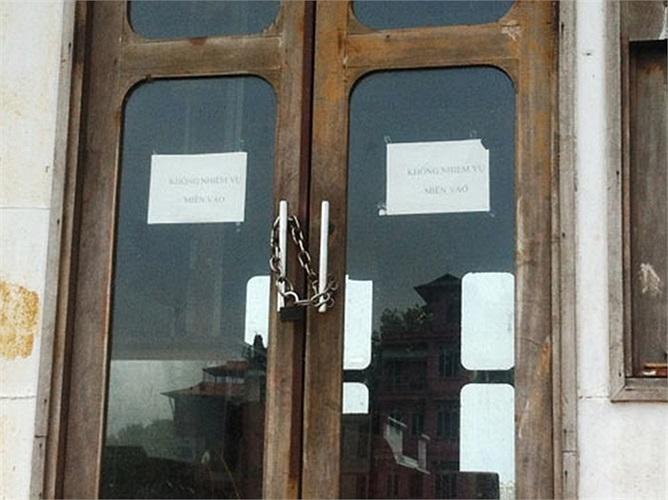Cánh cửa khóa chặt nhằm ngăn người lạ lên tàu với dòng chữ  'không nhiệm vụ cấm vào' được dán bằng giấy tạm bợ của chủ tàu